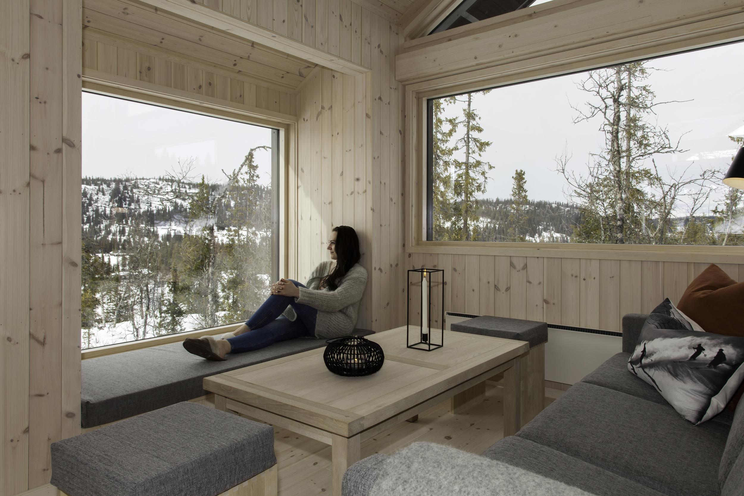 Karnapp med vindu i stuen gir en hyggelig sitteplass med utsyn.